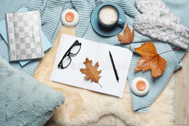 与书、咖啡和温暖的毯子的平的被放置的构成 库存图片
