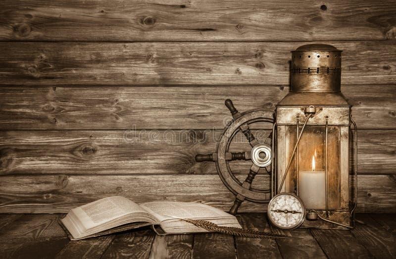 与书、灯笼和船舶de的老木葡萄酒背景 免版税库存图片
