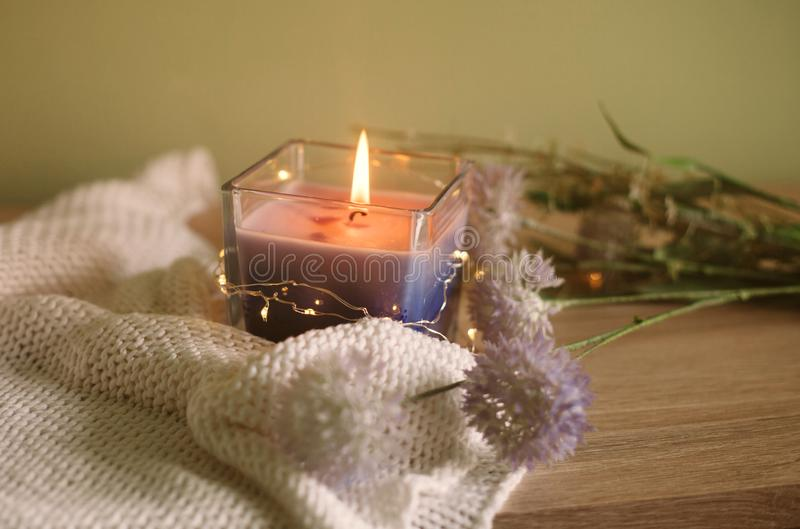 与书、野花和蜡烛的静物画在一张木桌上 免版税库存照片