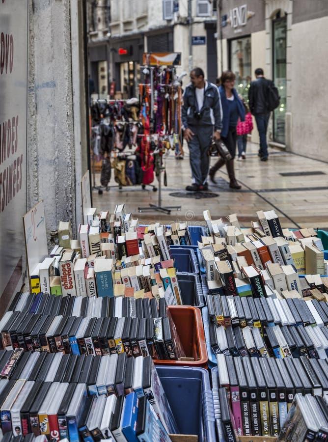 与书和DVDs的街道立场 免版税库存照片