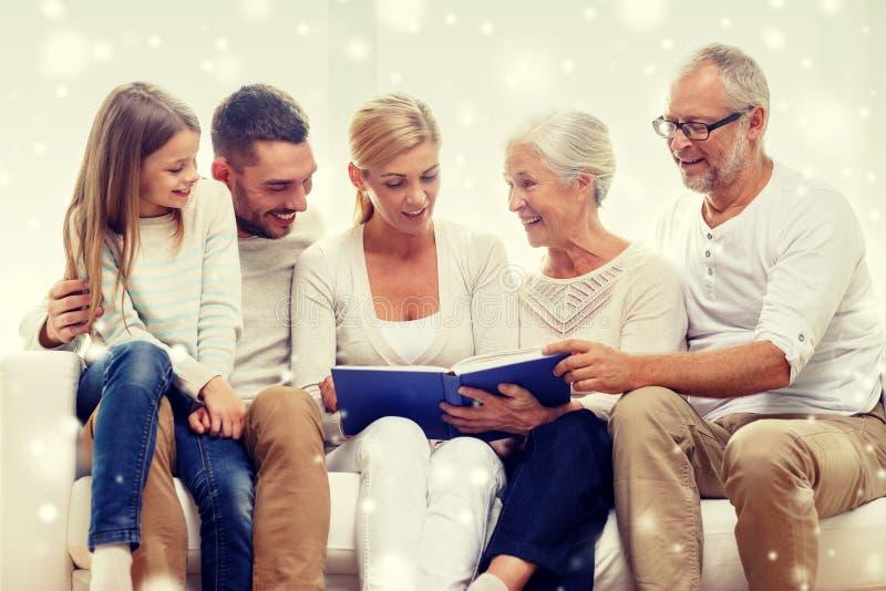 与书或象册的愉快的家庭在家 免版税图库摄影