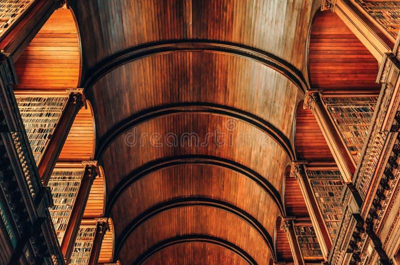 与书架房间的木桶天花板在老图书馆里面在三一学院都伯林,爱尔兰 免版税库存图片
