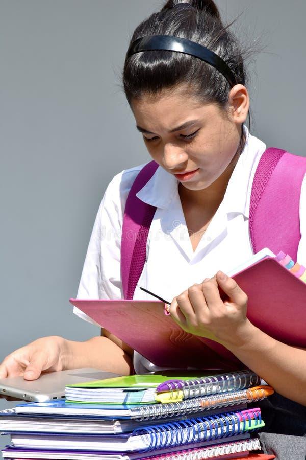 与书的哥伦比亚的女学生读书 免版税库存图片
