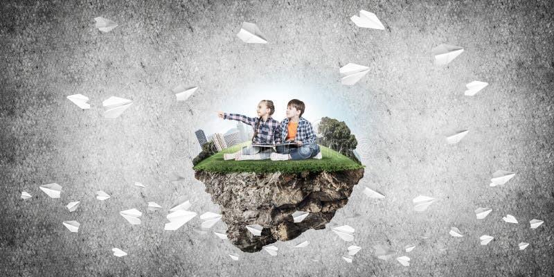 与书的探索这个伟大的世界的入学年龄两个孩子 库存例证