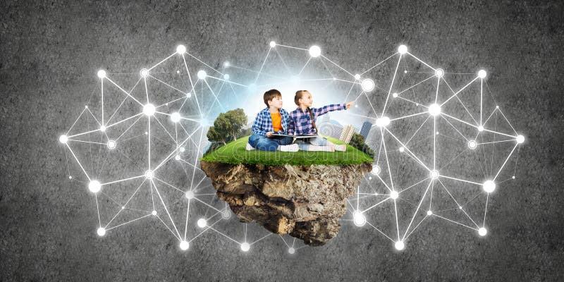 与书的探索这个伟大的世界的入学年龄两个孩子 向量例证