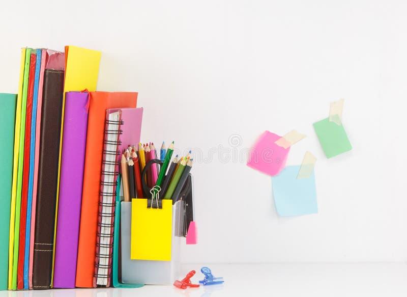 与书的文具集合在行,小组安排颜色ag铅笔 免版税库存图片