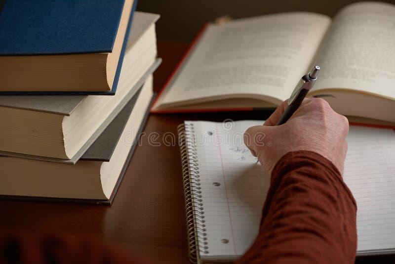 与书的文字笔记在书桌上 库存图片