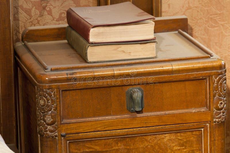 与书的艺术装饰桌 免版税库存图片
