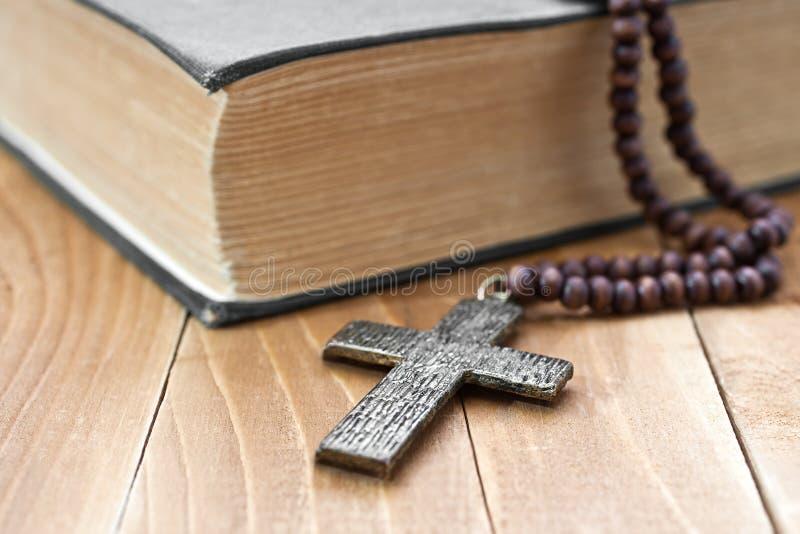 与书的铁十字架 库存照片