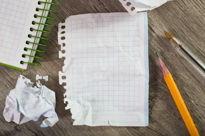 与书面材料的笔记本页在桌上 库存图片