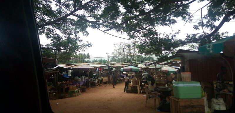 与买家和卖主的市场场面在一平日在Dodowa 库存照片
