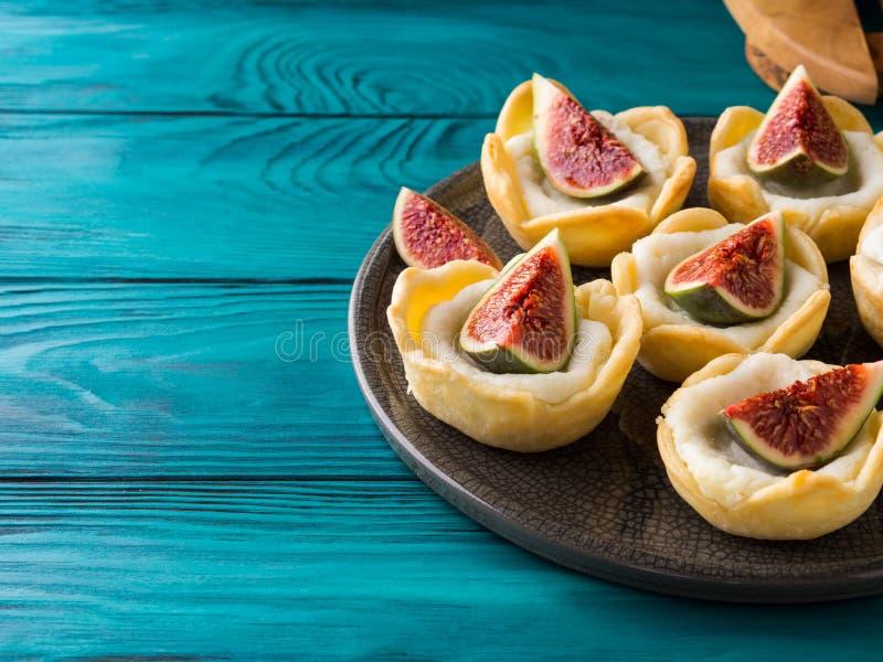 与乳清干酪和无花果的果子馅饼 免版税库存图片