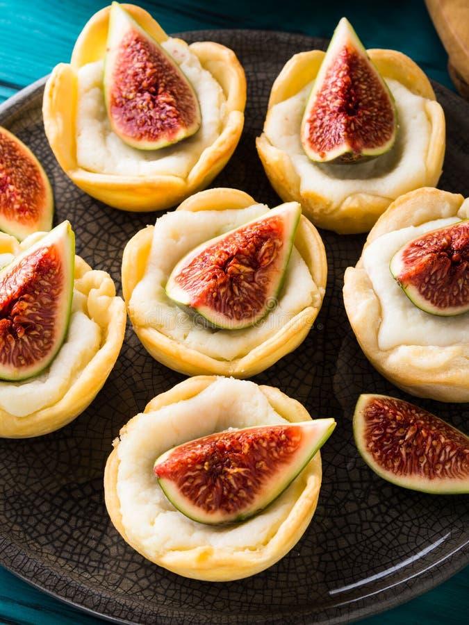 与乳清干酪和无花果的果子馅饼 免版税图库摄影