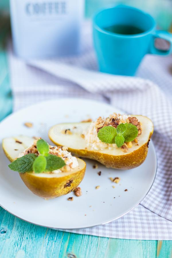 与乳清干酪和蜂蜜的自创梨 免版税库存照片