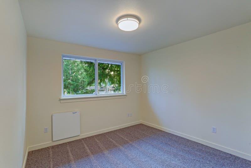 与乳状墙壁和地毯地板的空的室内部 库存图片