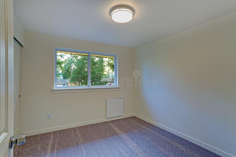 与乳状墙壁和地毯地板的空的室内部 库存照片