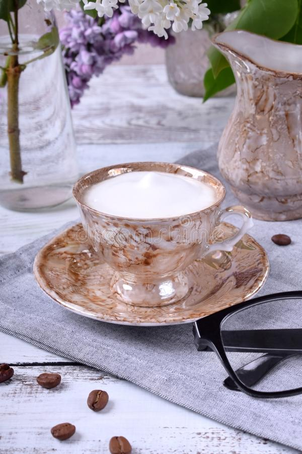与乳状泡沫的新近地煮的咖啡 库存图片