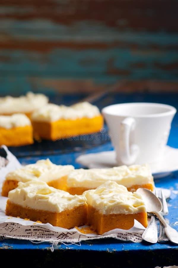 与乳脂干酪结霜的南瓜酒吧 免版税库存照片