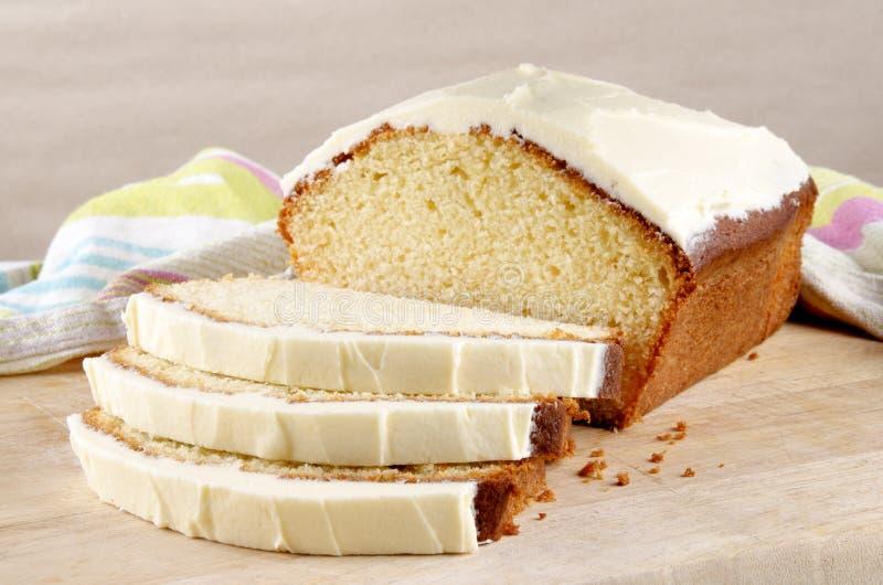 与乳脂干酪结冰的大面包蛋糕 库存照片