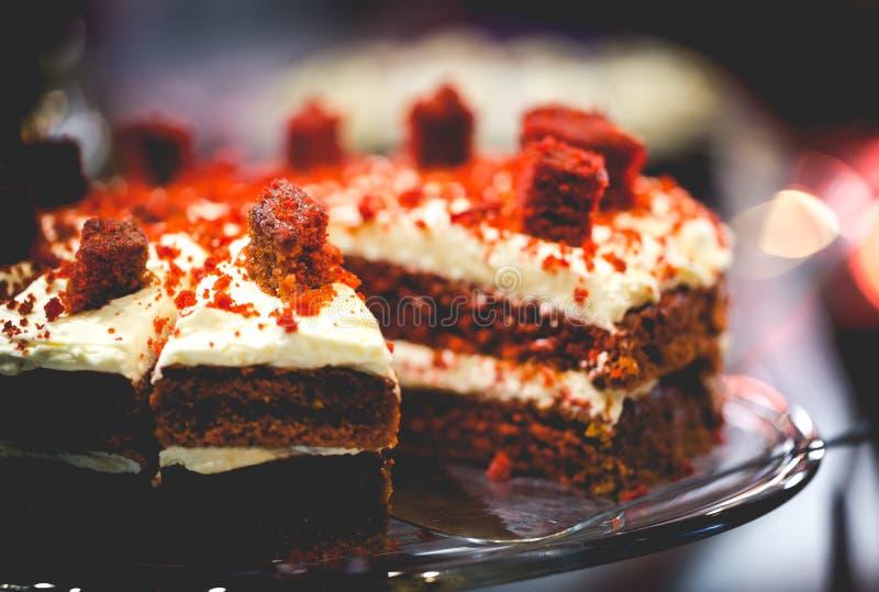 与乳脂干酪结霜的红色天鹅绒夹心蛋糕 饱和的暗淡 图库摄影