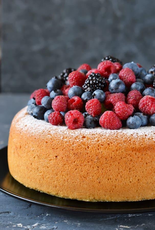 与乳脂状的奶油和莓果的香草蛋糕:蓝莓, raspber 库存图片