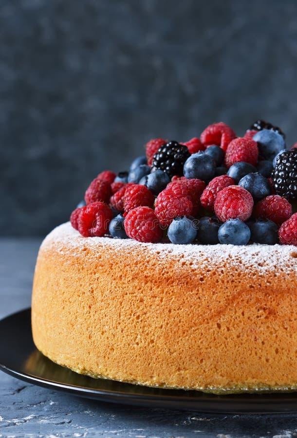 与乳脂状的奶油和莓果的香草蛋糕:蓝莓 免版税库存照片