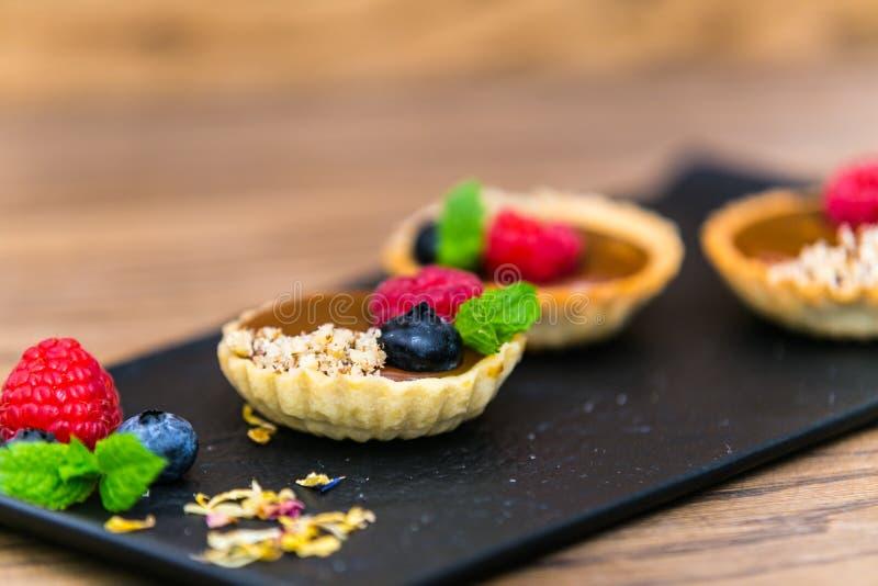 与乳蛋糕奶油和果子的自创脆饼果子馅饼 免版税库存照片
