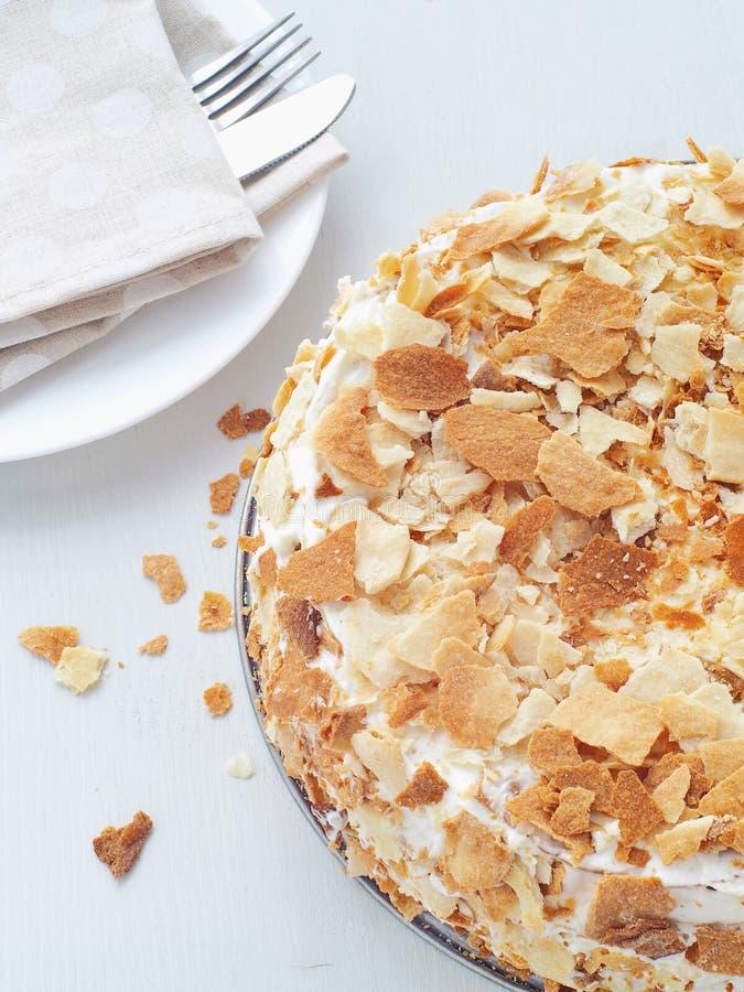 与乳蛋糕奶油色装填的多夹心蛋糕 Mille feuille 用面包屑装饰的油酥点心蛋糕 库存图片