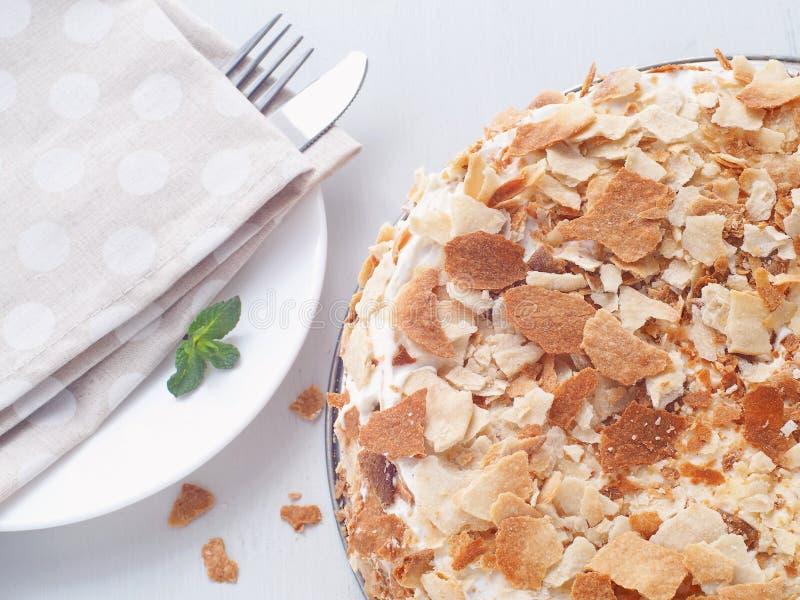 与乳蛋糕奶油色装填的多夹心蛋糕 Mille feuille 用面包屑装饰的油酥点心蛋糕 免版税库存照片