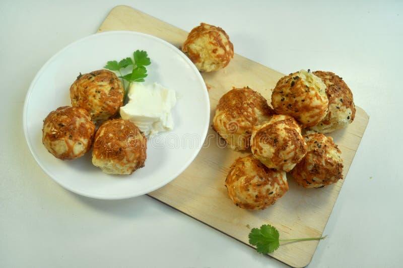 与乳酪烹调法的小圆面包 图库摄影