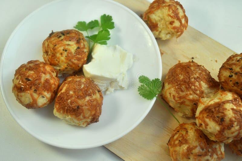 与乳酪烹调法的小圆面包 免版税图库摄影