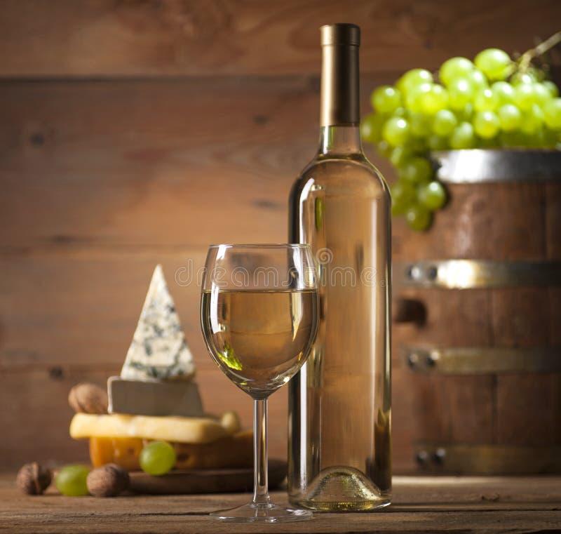 与乳酪的各种各样的类型的白葡萄酒在木背景的 库存照片