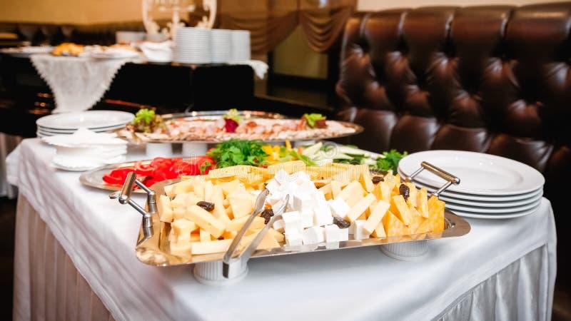 与乳酪盘子的自助餐桌 免版税库存图片