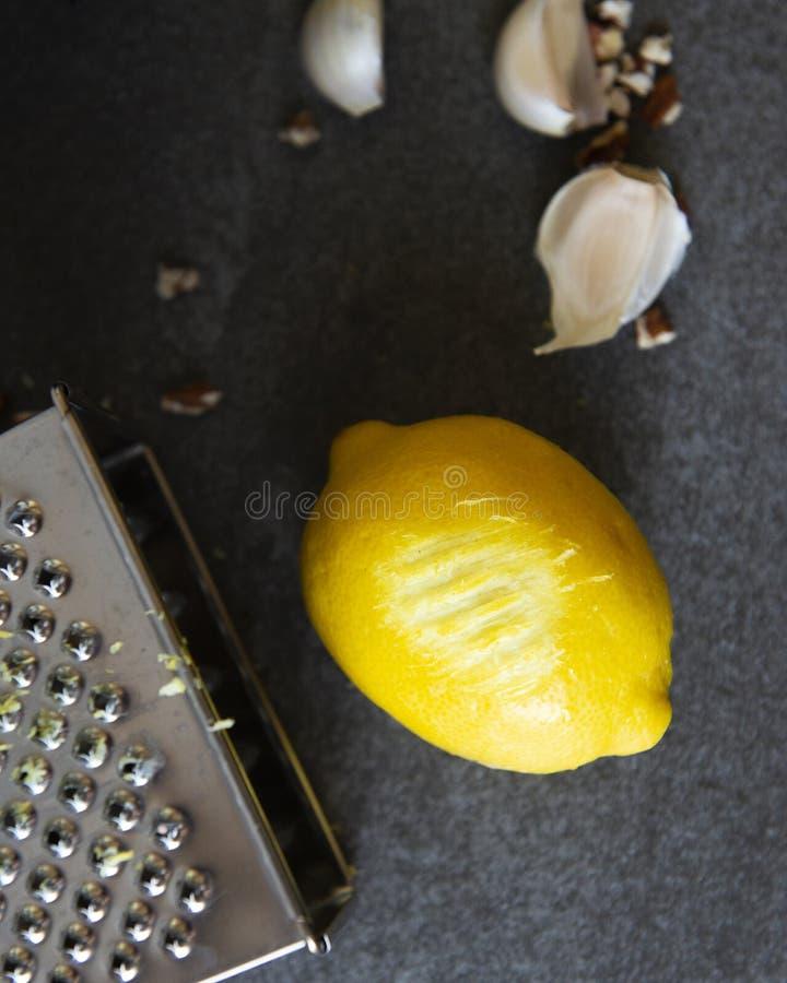 与乳酪磨丝器的柠檬味 免版税图库摄影