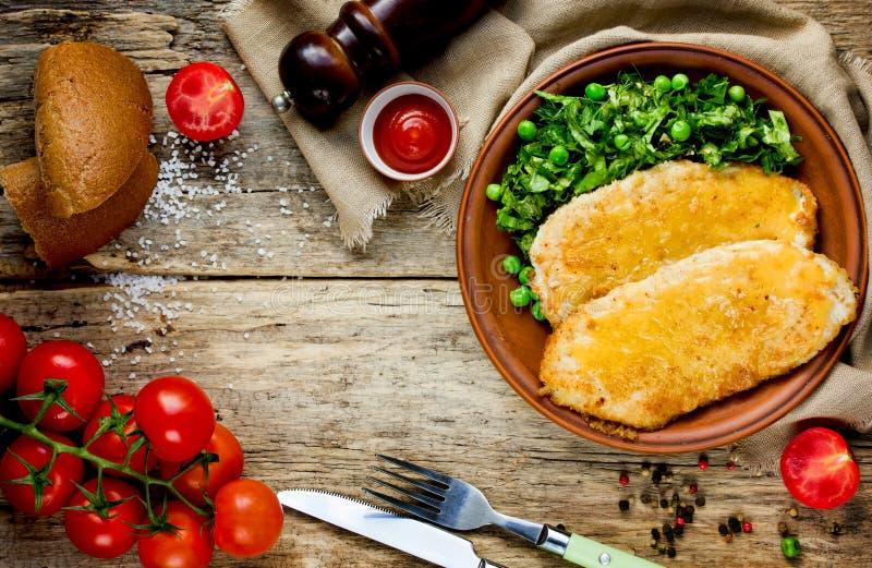 与乳酪莴苣沙拉机智的可口晚餐鸡炸肉排 免版税图库摄影