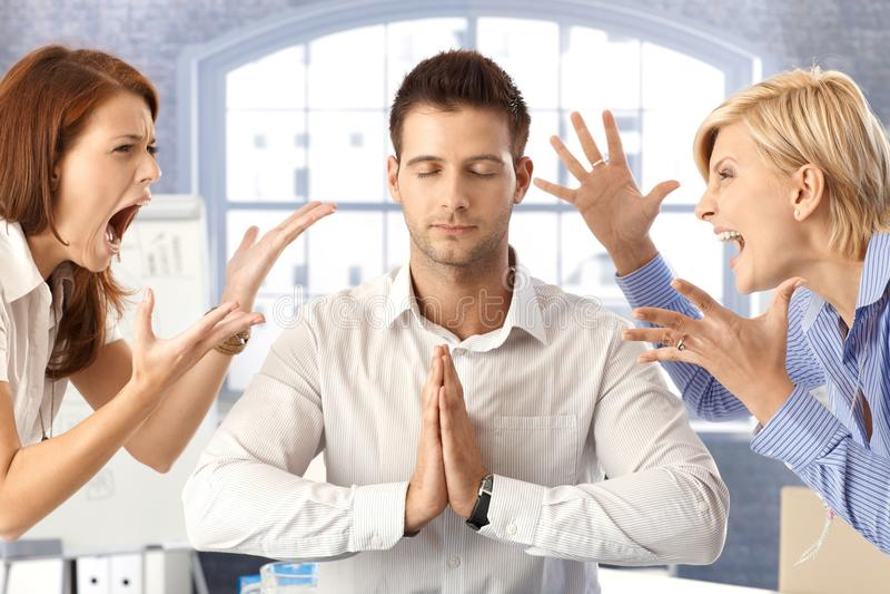 与争论同事的思考的生意人 库存照片