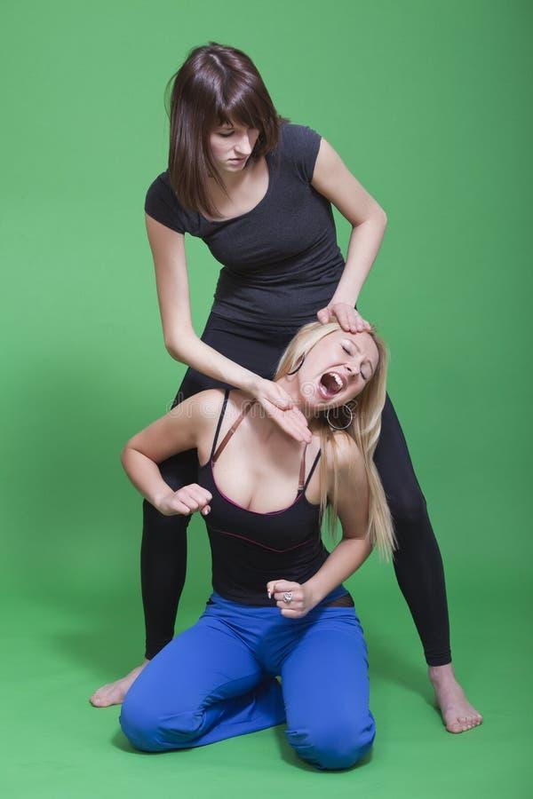 与二名妇女战斗 免版税图库摄影