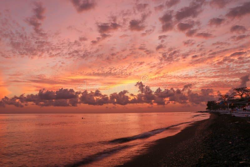 与云彩、光线和其他大气作用的日出 与云彩的日落天空 五颜六色的自然本底 库存图片