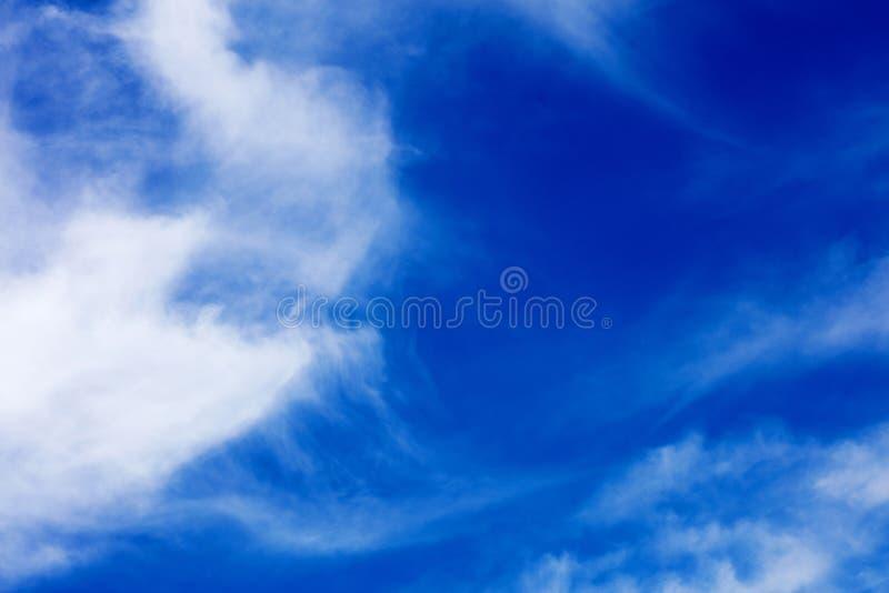 与云彩优质五十megapixels的深天空蔚蓝 免版税库存照片