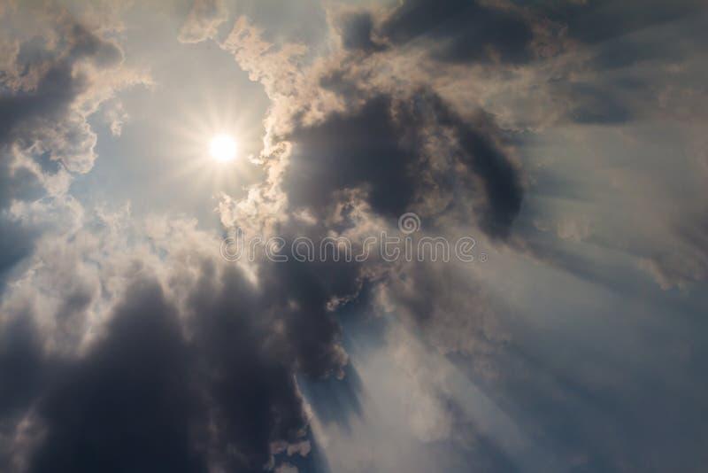 与云彩和亮光星期日的天空。 免版税库存照片