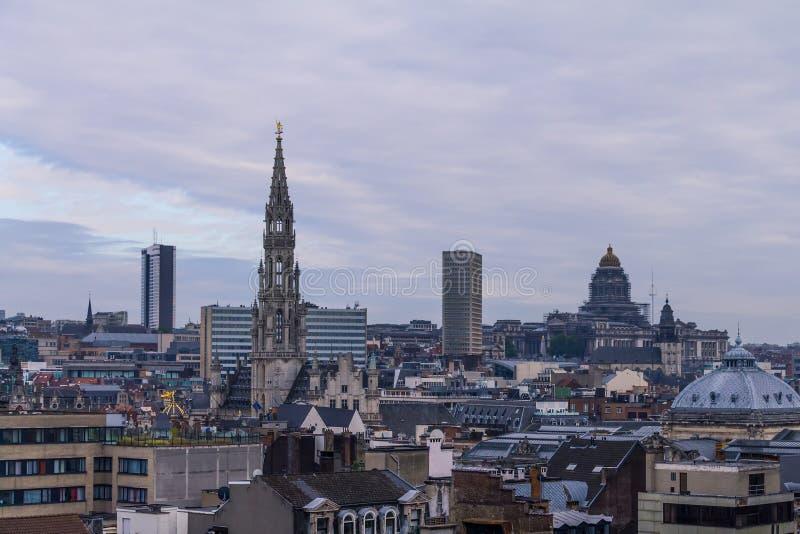 与云彩和大厦的美好的都市风景在晚上 免版税库存图片