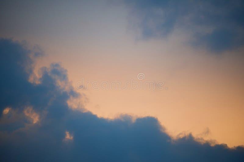 与云彩和太阳的天空 库存图片