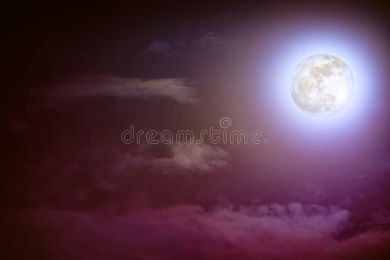 与云彩和明亮的满月的夜间天空与发光 图库摄影