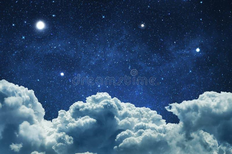 与云彩和星的夜空 皇族释放例证