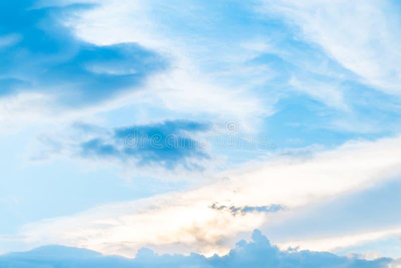 与云彩和蓝天的晚上天空 库存照片