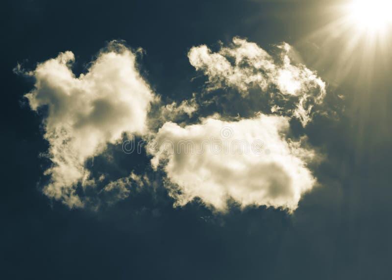 与云彩和阳光的发光的蓝绿色和黄色颜色剧烈的天空背景 免版税库存照片