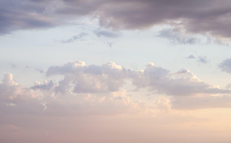 与云彩和阳光的天空在日落 五颜六色和快乐, w 免版税图库摄影