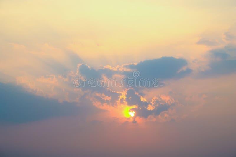 与云彩和阳光的天空 库存照片