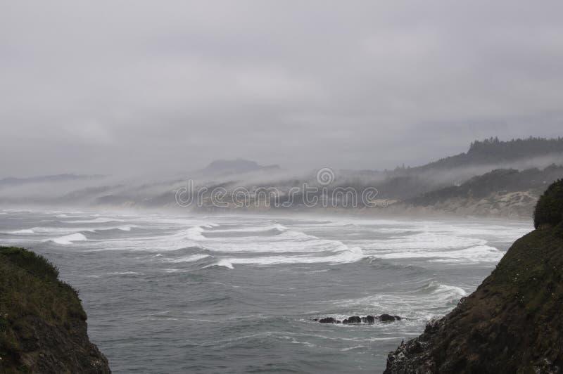 与云彩和雾辗压的俄勒冈海岸 免版税库存图片