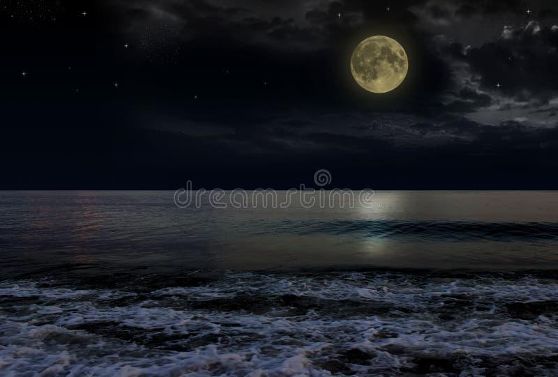 与云彩和满月的美丽的不可思议的蓝色夜空在水中担任主角反射 库存照片
